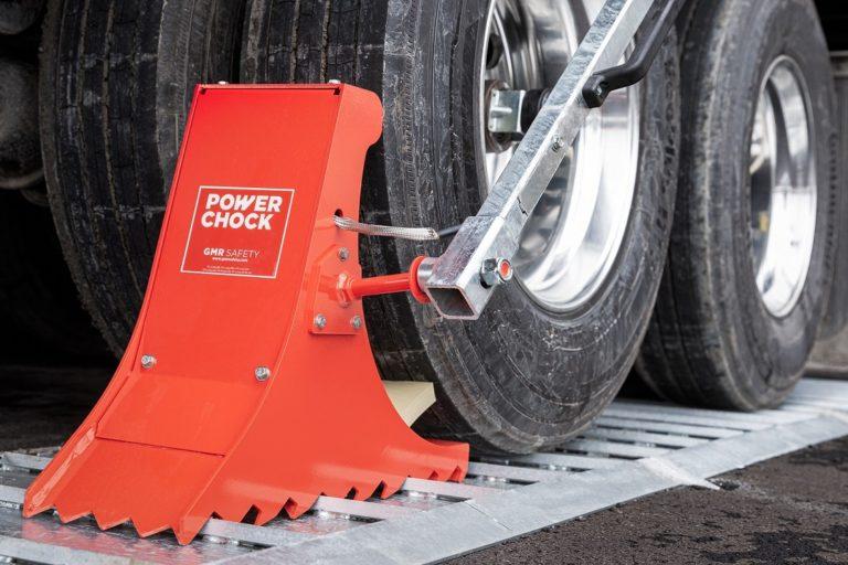 Ergonomic trailer wheel lock POWERCHOCK 5 on restraining plate