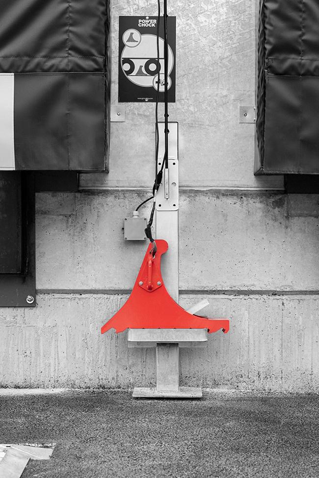 Bloqueur de roue POWERCHOCK 3 au repos sur le mur entrepôt