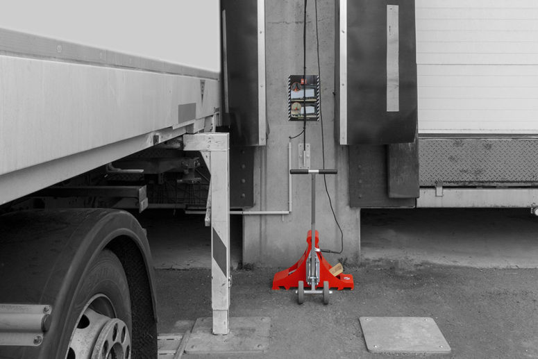 Bloqueur de roue POWERCHOCK 9 au repos sur le mur entrepôt