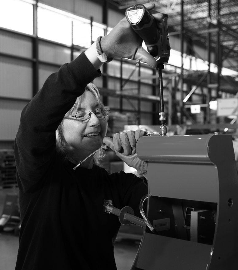 Employée GMR Safety assemblant cale de roue POWERCHOCK