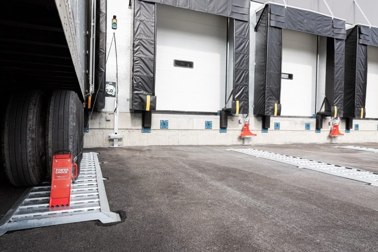 POWERCHOCK 3 vehicle restraint at the loading dock