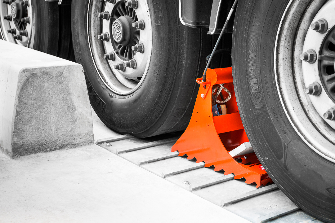 POWERCHOCK 3 wheel-based restraining system on the restraing plate fixed on the ground