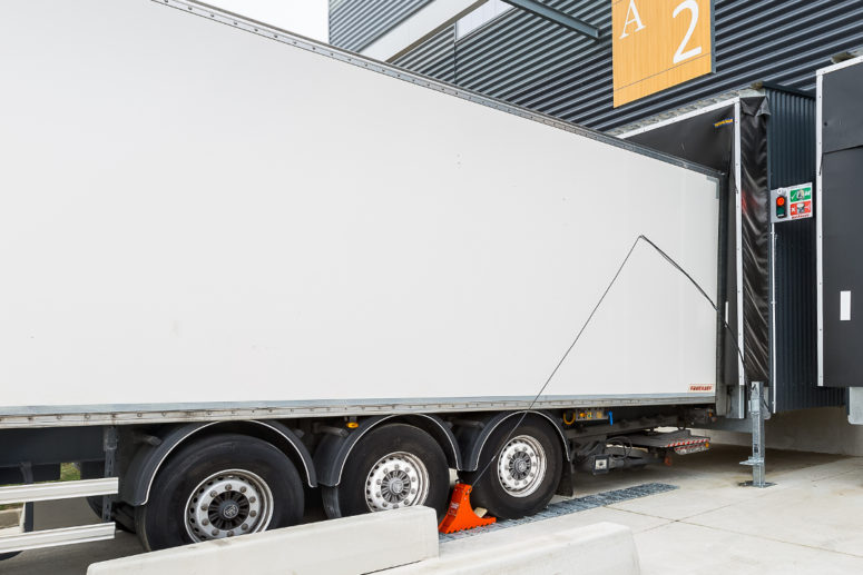 POWERCHOCK 3 wheel chock blocking truck