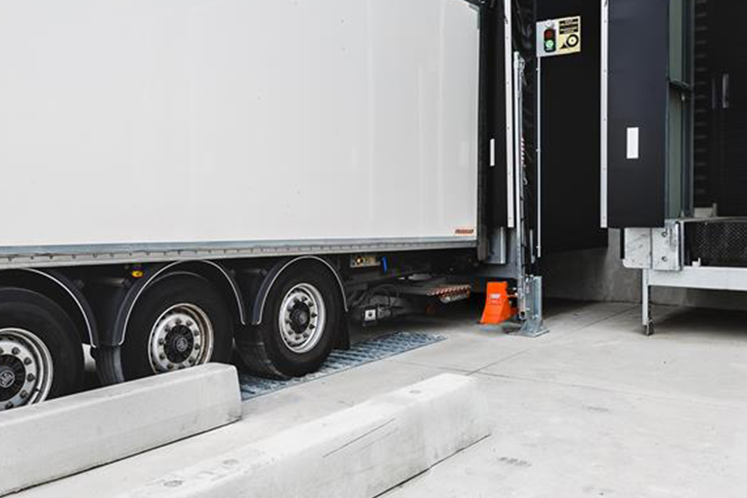 POWERCHOCK 5 truck restraint in resting position on warehouse wall