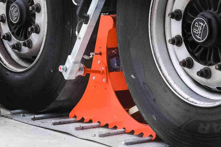 Système de blocage de roue POWERCHOCK 5 placé sur plaque de retenue