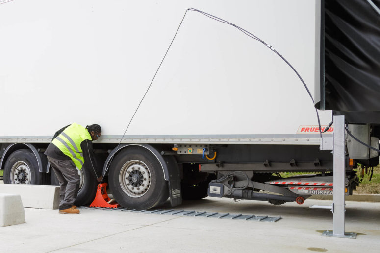 The POWERCHOCK 3 placed by truck driver in front of the wheel