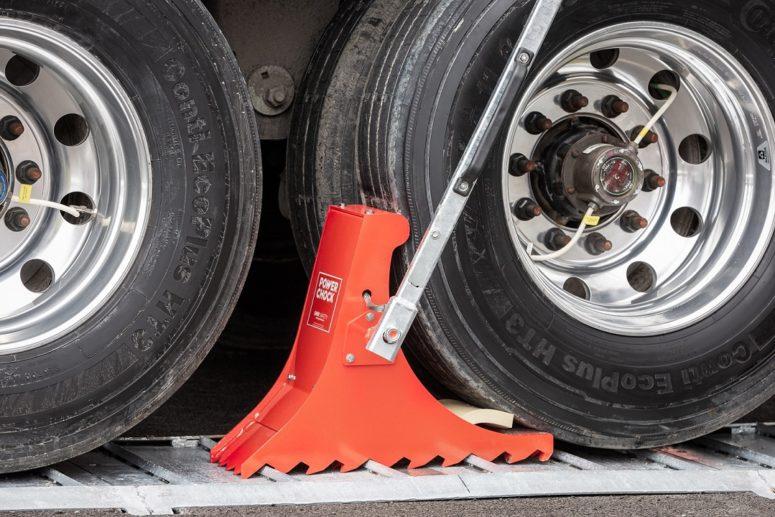 Vehicle restraint POWERCHOCK 5 blocks truck by the wheel
