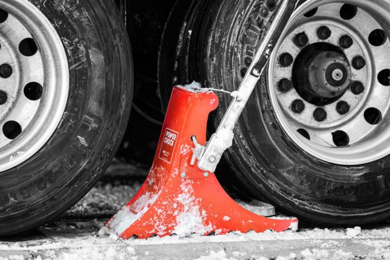 Wheel chock POWERCHOCK 5 restrains vehicles in winter under snow