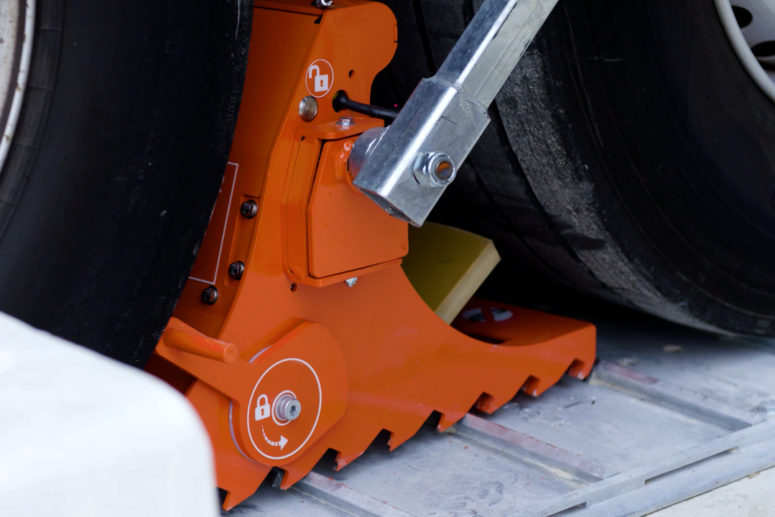 Zoom on POWERCHOCK 7 wheel chock base and groundplate